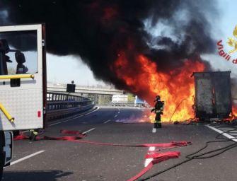 Tir in fiamme sull'A1 tra Sasso Marconi e il bivio di Casalecchio, illeso il conducente