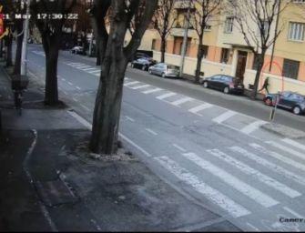 Insegue, aggredisce e rapina due anziane per strada a Bologna, arrestato
