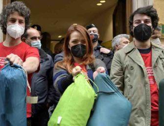 Le Sardine occupano la sede del Pd: basta con la politica nei salotti