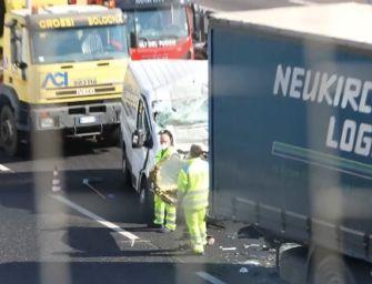 Incidente sull'autostrada A14 all'altezza di Bologna, morto un 63enne alla guida di un furgone