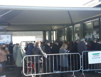 Reggio. Molti anziani in coda alle Fiere per il vaccino: scontento per il freddo e l'assembramento