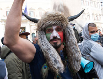 Lo sciamano di Scandiano protesta a Roma