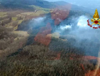 Bosco in fiamme a Marzolara di Castel di Casio, risparmiate alcune abitazioni nelle vicinanze