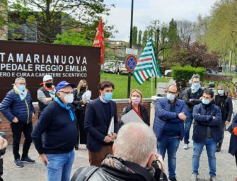 Lavoratori in presidio davanti al Santa Maria Nuova di Reggio contro il taglio del salario accessorio ai dipendenti della sanità