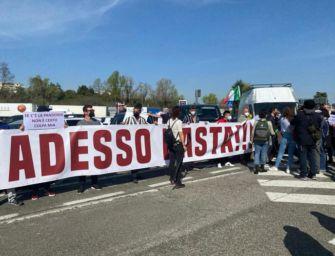 """Protesta dei ristoratori nell'area di servizio Cantagallo in A1 contro le restrizioni: """"Adesso basta!"""""""