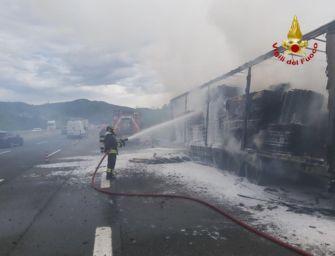Autoarticolato in fiamme sull'A1 a Sasso Marconi, illeso il camionista alla guida