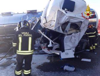 Incidente nel tratto bolognese dell'A14, morto il conducente di un'autocisterna