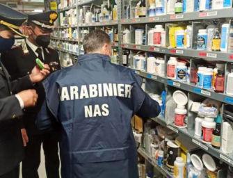 Farmaci contraffatti venduti come integratori alimentari: i Nas di Parma sequestrano 10mila capsule