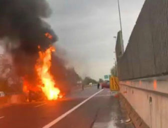 Incidente tra tre auto a Borgo Panigale, poi scoppia un incendio: tre persone ferite