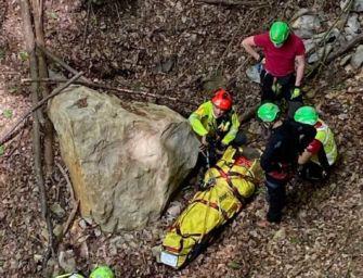 Si sporge da una cengia per fare foto e precipita da 50 metri, salvato nel Bolognese