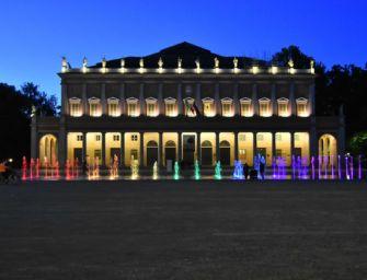 A Reggio la fontana di piazza Martiri del 7 Luglio colorata di arcobaleno per la Giornata contro l'omolesbobitransfobia