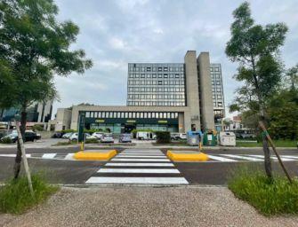 Reggio. Nuovo attraversamento pedonale protetto e ricarica elettrica per auto in via Che Guevara