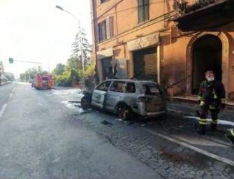 Suv a fuoco in via Saffi a Bologna, evacuate alcune case e un ristorante