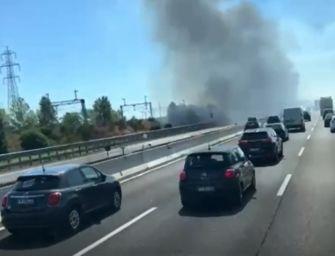 A1: colonna di fumo e mezzi in fiamme (video)