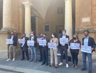 """Flash mob """"No Burqa"""" della Lega sotto il municipio di Reggio: """"Vietarlo nei luoghi pubblici"""""""