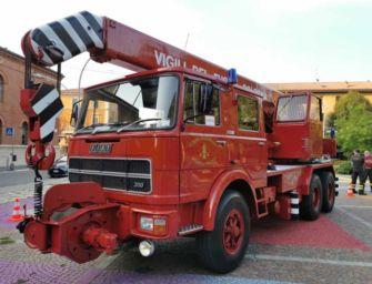 Strage di Bologna, torna a sfilare il corteo (con l'autogrù storica dei vigili del fuoco)