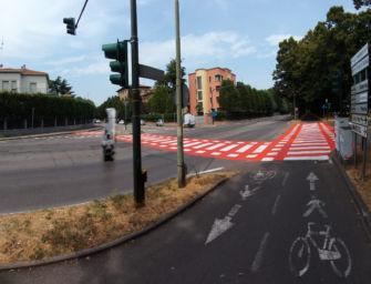 A Reggio nuova segnaletica orizzontale in circonvallazione: attraversamenti ciclopedonali a fondo rosso