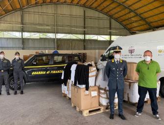 Devoluti in beneficenza alla Caritas di Reggio 1.400 capi di abbigliamento sequestrati nel 2018