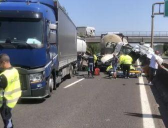 Scontro tra mezzi pesanti in autostrada, chiuso il tratto bolognese della A13