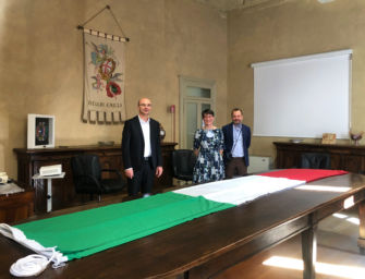 A giorni il maxi-tricolore donato al Comune di Reggio sarà issato in cima alla torre civica