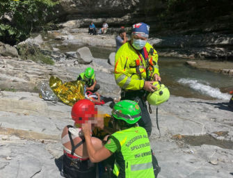 La figlia cade in acqua alle cascate del Golfarone, il padre si lancia per soccorrerla: feriti entrambi, ma salvi