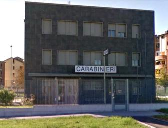 Danneggia l'esterno della caserma dei carabinieri di Casalgrande perché la trova chiusa: denunciato