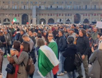 """A Bologna in migliaia in piazza per dire no al Green pass: """"Siamo liberi"""""""