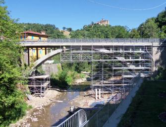 A Gombola di Polinago proseguono i lavori di ripristino del ponte sul torrente Rossenna